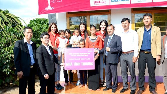 Ông Nguyễn Minh Tuấn – Giám đốc Nam A Bank Lâm Đồng (thứ hai từ trái sang) trao tặng căn nhà mới cho gia đình bà K'Dai.