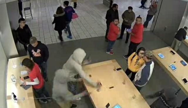 Toán cướp mặc áo trùm đầu xông vào Apple Store ở San Francisco, Mỹ. Ảnh: CBS.
