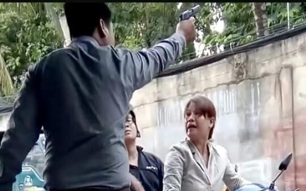Hình ảnh ông Phương rút súng dọa người tại TP.HCM