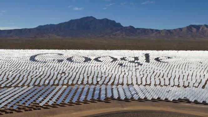 Logo của tập đoàn Google được thể hiện trên hệ thống thu điện mặt trời ở sa mạc Mojave, khu vực nằm gần biên giới giữa hai bang California và Nevada - Ảnh: Reuters