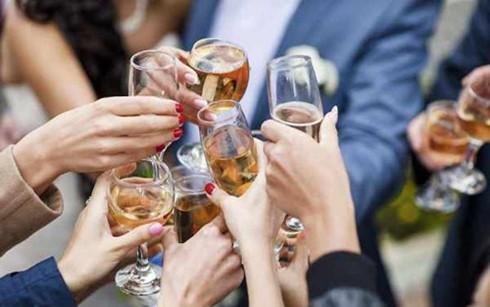 Bộ Chính trị nghiêm cấm tổ chức tiệc tùng.