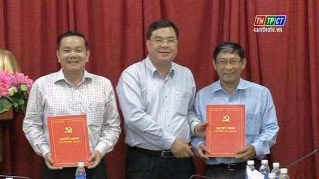 Ông Nguyễn Thành Đông (bìa trái) nhận quyết định điều động về HĐND TP Cần Thơ từ trung tuần tháng 7 (ảnh từ clip THCT)