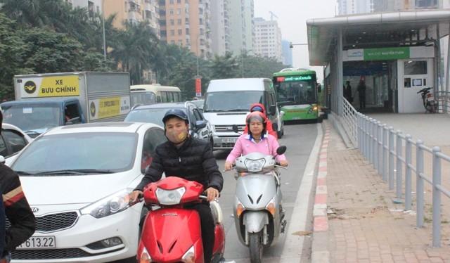 """Các phương tiện giao thông """"vô tư"""" lấn làn ưu tiên buýt nhanh."""