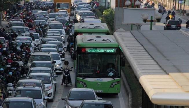 Tình trạng lấn làn buýt BRT diễn ra phổ biến.