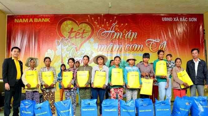 Ông Nguyễn Đinh Hoàng Thịnh – Giám đốc Nam A Bank Ninh Thuận trao quà thiết cho các hộ gia đình khó khăn.