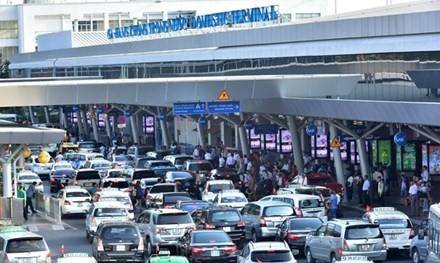 Khu vực ga quốc nội Sân bay Tân Sơn Nhất luôn dày đặc xe ra vào.