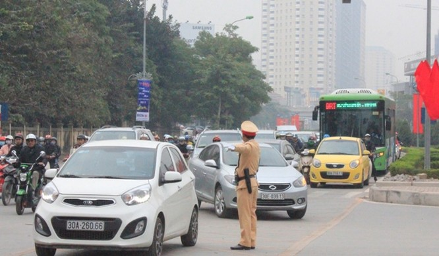 Việc các phương tiện giao thông lấn làn, tạt đầu xe buýt BRT diễn ra vẫn phổ biến.