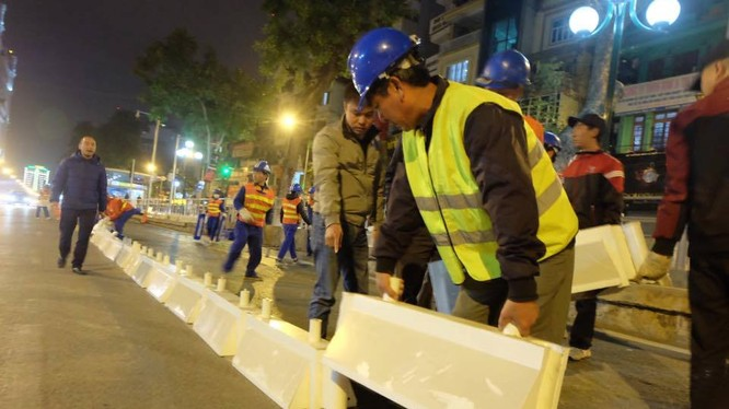 Việc lắp đặt được tiến hành vào buổi đêm tránh gây ùn tắc giao thông.
