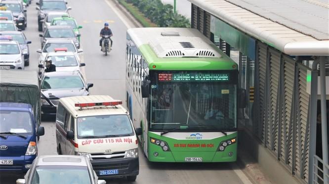 Hành khách đi xe buýt nhanh BRT vẫn tăng trong ngày đầu tiên thu vé.
