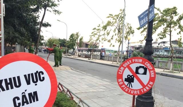 Lực lượng chức năng cấm phóng viên tác nghiệp tại khu vực cưỡng chế.