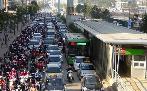 Vẫn còn nhiều phương tiện giao thông lấn làn buýt nhanh BRT.