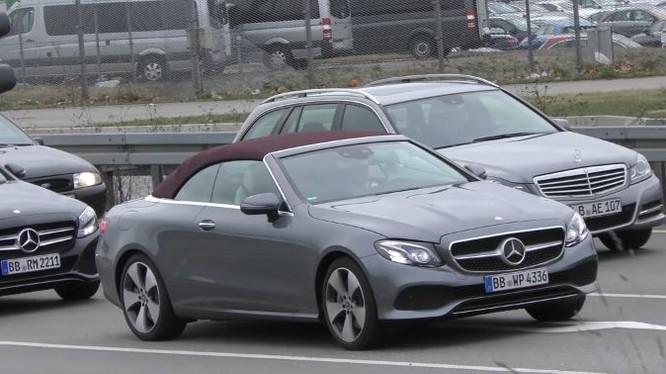 Mercedes-Benz E-Class Cabriolet bản E400 4Matic bất ngờ xuất hiện trên đường phố tại Đức. Đây là lần đầu tiên, Mercedes cung cấp hệ truyền động bốn bánh trên phiên bản mui trần.