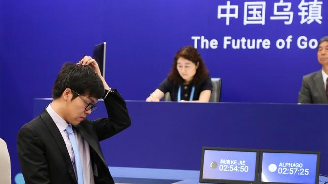 Đại kiện tướng Ke Jie trong trận đấu cờ vây với AlphaGo ngày 23-5 tại Ô Trấn - Ảnh: Reuters