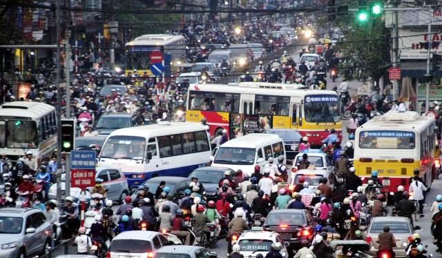 Nhiều giải pháp giảm ùn tắc giao thông đã được Hà Nội đưa ra nhưng chưa thành.