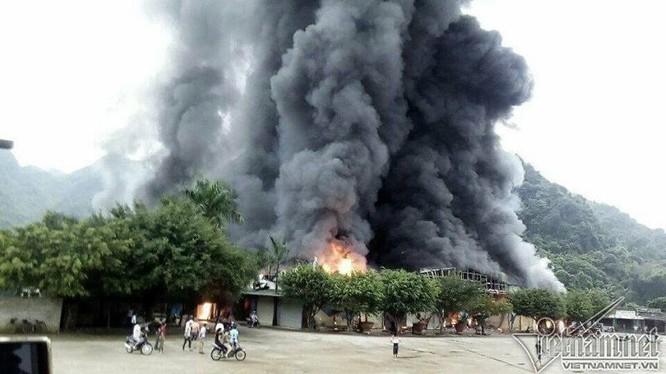 Cháy dữ dội chợ cửa khẩu Tân Thanh. Ảnh: Quỳnh Hương.