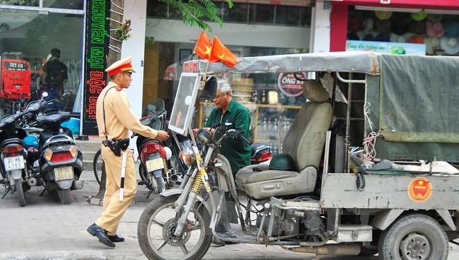 Sở GTVT Hà Nội vừa đề xuất lộ trình hạn chế, tiến tới cấm sử dụng xe ba bánh chở hàng hóa trên địa bàn TP. (Ảnh minh họa, nguồn Vietnam+).