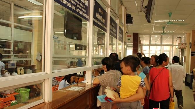 Người dân làm thủ tục hành chính tại bệnh viện XanhPon Hà Nội.