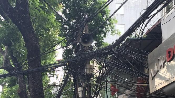 Hệ thống cáp viễn thông nổi trên đường Đê La Thành, Hà Nội - Ảnh: Q.V