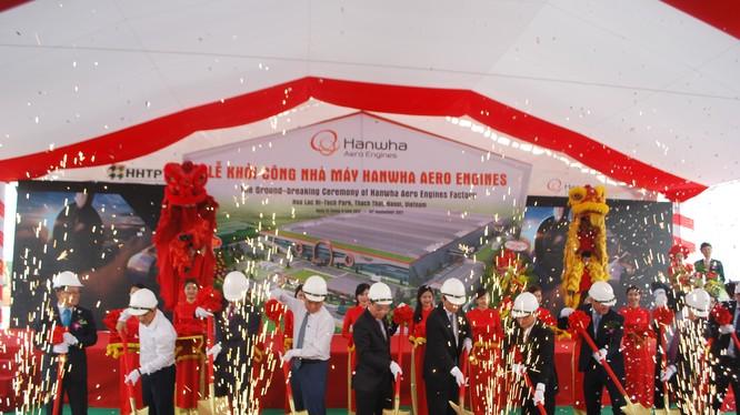 Các đại biểu thực hiện nghi lễ động thổ nhà máy Hanwha Aero Engines - Ảnh: BQL Khu Công nghệ cao Hòa Lạc.