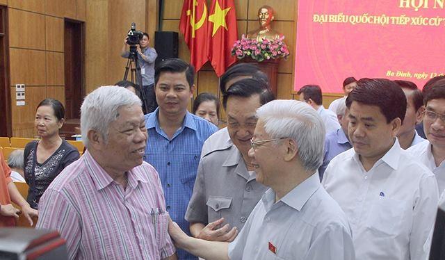 Tổng Bí thư Nguyễn Phú Trọng trò chuyện với cử tri Hà Nội - Ảnh: Dân trí.