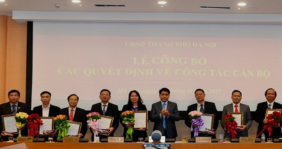 Chủ tịch UBND TP Hà Nội trao Quyết định và chúc mừng các đồng chí được bổ nhiệm, bổ nhiệm lại các sở, ban, ngành TP - Ảnh: Kinh tế đô thị