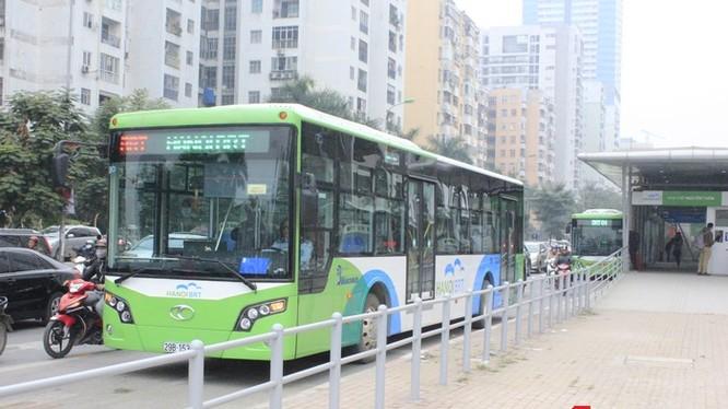 Các loại phương tiện vận tải hành khách công cộng tại Hà Nội sẽ dùng chung thẻ vé liên thông - Ảnh: Q.V