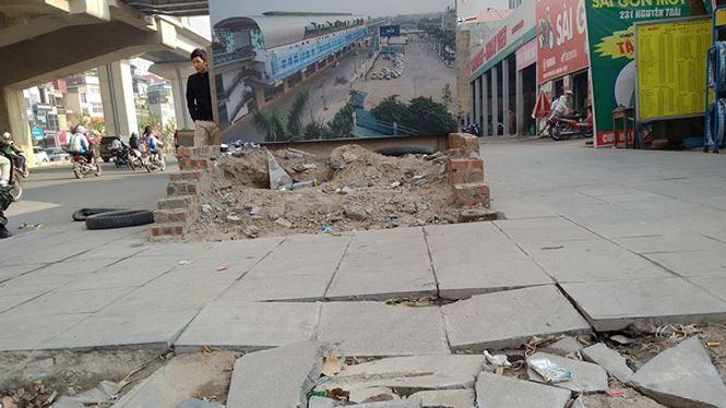 Vỉa hè trên đường Nguyễn Trãi thuộc địa bàn phường Thượng Đình, Thanh Xuân vừa lát xong đã phải lột lên sửa lại. Ảnh: Minh Đức/Tiền phong