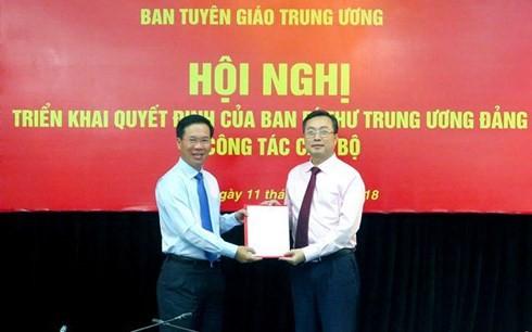 Ông Võ Văn Thưởng trao quyết định bổ nhiệm cho ông Bùi Trường Giang/ Ảnh: Vietnamnet