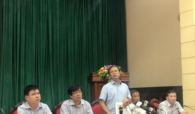 Ông Nguyễn Hữu Nghĩa cùng các lãnh đạo sở ngành Hà Nội trả lời báo chí. Ảnh: Tuổi trẻ