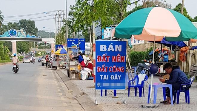 """Thị trường bất động sản ở Phú Quốc sôi động. Nhân viên nhà đất ra vỉa hè dựng bảng bán đất nền, đất """"công"""" (1 công tương đương 1.000 m2). Ảnh: Việt Tường/Zing.vn"""