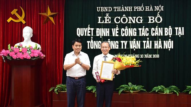 Chủ tịch UBND TP Nguyễn Đức Trung trao quyết định bổ nhiệm cho ông Nguyễn Hoàng Trung/ Ảnh: Hanoi.gov.vn