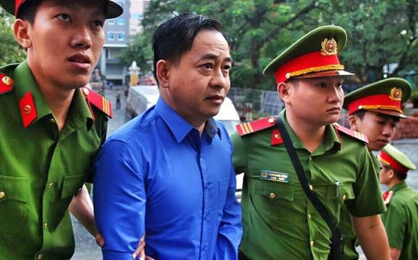 Phan Văn Anh Vũ được đưa đến tòa trước phiên xử hơn một tiếng/ Ảnh:VnExpress