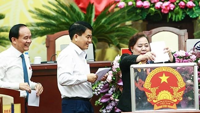 Lãnh đạo HĐND, UBND TP Hà Nội bỏ phiếu bầu bổ sung hai ủy viên UBND TP tại phiên làm việc sáng 5/12/ Ảnh:VnExpress