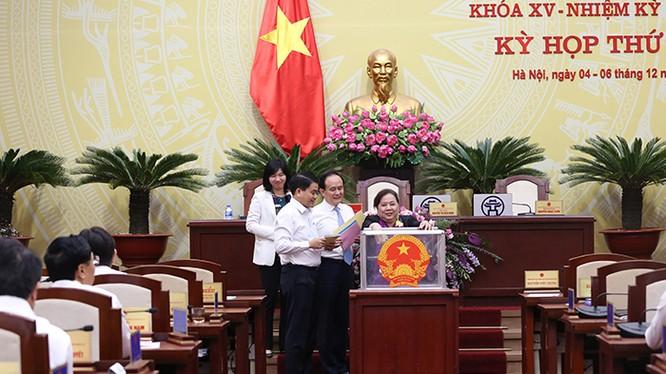 Các đại biểu HĐND Tp. Hà Nội thực hiện bỏ phiếu tín nhiệm với các chức danh. (Ảnh: Hanoi.gov.vn)
