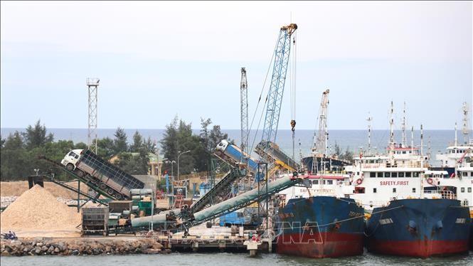 Các tàu hàng cập Cảng biển Cửa Việt để nhận hàng hóa/ Ảnh: TTXVN