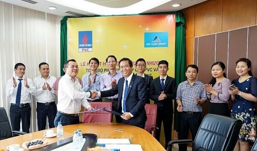 Lễ ký kết hợp đồng chuyển nhượng toàn bộ phần vốn góp của PVC và các đơn vị thành viên tại Công ty CP Đầu tư Dầu khí Nha Trang/ Ảnh: PVC