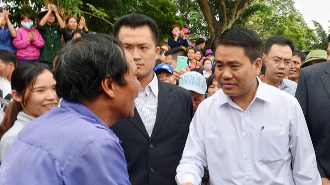 Chủ tịch UBND TP Hà Nội Nguyễn Đức Chung về thôn Hoành và có cuộc đối thoại trực tiếp dài 2 giờ với người dân Đồng Tâm. Ảnh Tiến Tuấn/ zing.vn