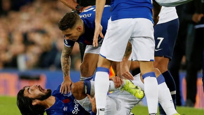 Cầu thủ người Bồ Đào Nha nằm sân trong đau đớn (Ảnh: Dailysunpost)