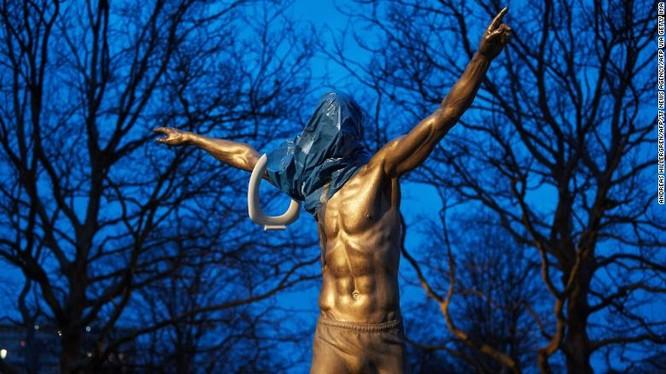 Bức tượng Ibrahimovic bị phá hoại (Ảnh: CNN)