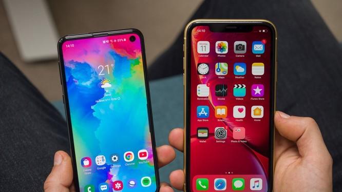 Samsung Galaxy S10e (trái) và iPhone XR (phải) (Ảnh: Phonearena)