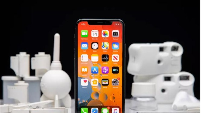 iPhone luôn là sự lựa chọn hàng đầu của đa số người dùng (Ảnh: The Verge)