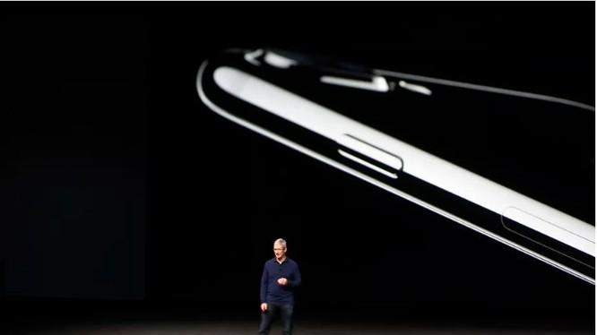 Tim Cook giới thiệu dòng iPhone 7 trong lễ ra mắt được tổ chức vào năm 2016 (Ảnh: Getty Images)