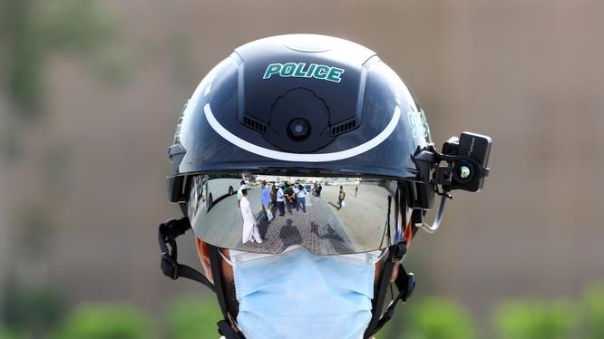 Chiếc mũ bảo hiệm thông minh này được sản xuất bởi một công ty Trung Quốc (Ảnh: Business Insider)