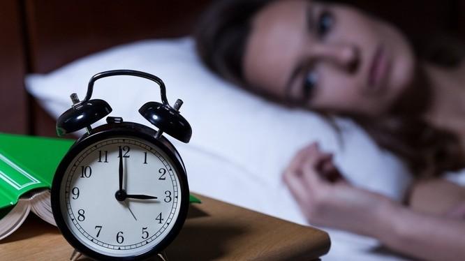 Guồng quay cuộc sống khắc nghiệt khiến cho nhiều người mắc bệnh mất ngủ (Ảnh: BookingCare)