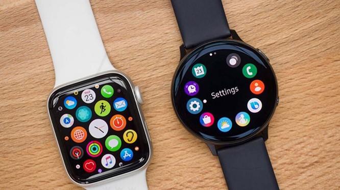 """Samsung Galaxy Watch và Apple Watch là """"kỳ phùng địch thủ"""" trên thị trường smartwatch (Ảnh: Cnet)"""