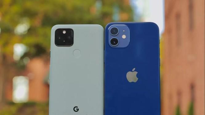 Google Pixel 5 vs iPhone 12 Mini (Ảnh: Cnet)