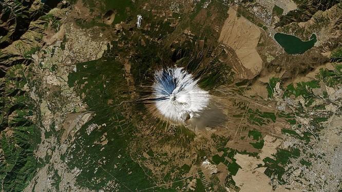 Ảnh vệ tinh núi Phú Sĩ vào ngày 1/1/2021 (Ảnh: Gizmodo)