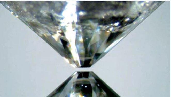 Băng siêu ion có thể có nhiệt độ lên đến hàng nghìn độ C (Ảnh: ITZONE)