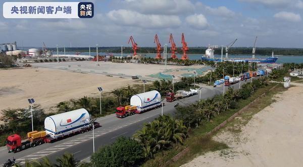 Mô-đun chính của trạm vũ trụ và tên lửa đẩy hạng nặng Long March 5B được giao nhiệm vụ phóng đã được chuyển đến Trung tâm Phóng Vũ trụ Văn Xương ở tỉnh Hải Nam (Ảnh: China Daily)