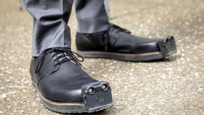 Đôi giày tích hợp AI giúp người khiếm thị di chuyển dễ dàng hơn (Ảnh: OC)